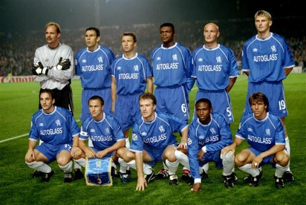 Um onze inicial do Chelsea em setembro de 1999 - Em pé: De Goey, Poyet, Petrescu, Desailly, Leboeuf e Flo. Agachados: Ferrer, Wise, Dechamps, Babayaro, e Zola.