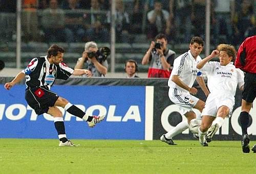 Del Piero entorta a zaga merengue antes de marcar: golaço!
