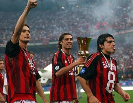 Inzaghi, Maldini e Gattuso celebram a Copa da Itália de 2003.
