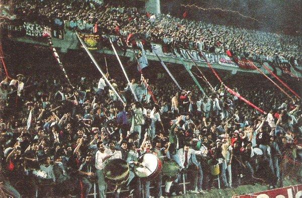 A torcida do Newell´s compareceu em bom número na decisão da Libertadores de 1988, em Montevidéu, mas o time argentino não resistiu ao Nacional.