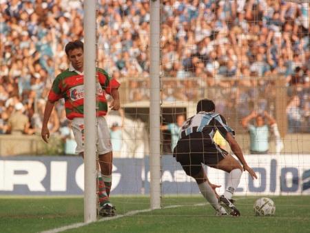 Rivarola pega a bola após o gol de Paulo Nunes. (foto  Mauro Vieira). a4e4caa0c9121