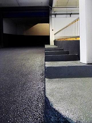 detall rampa i escala aparcament anti lliscant amb corindó abrasiu i resistent by impapol resin barcelona