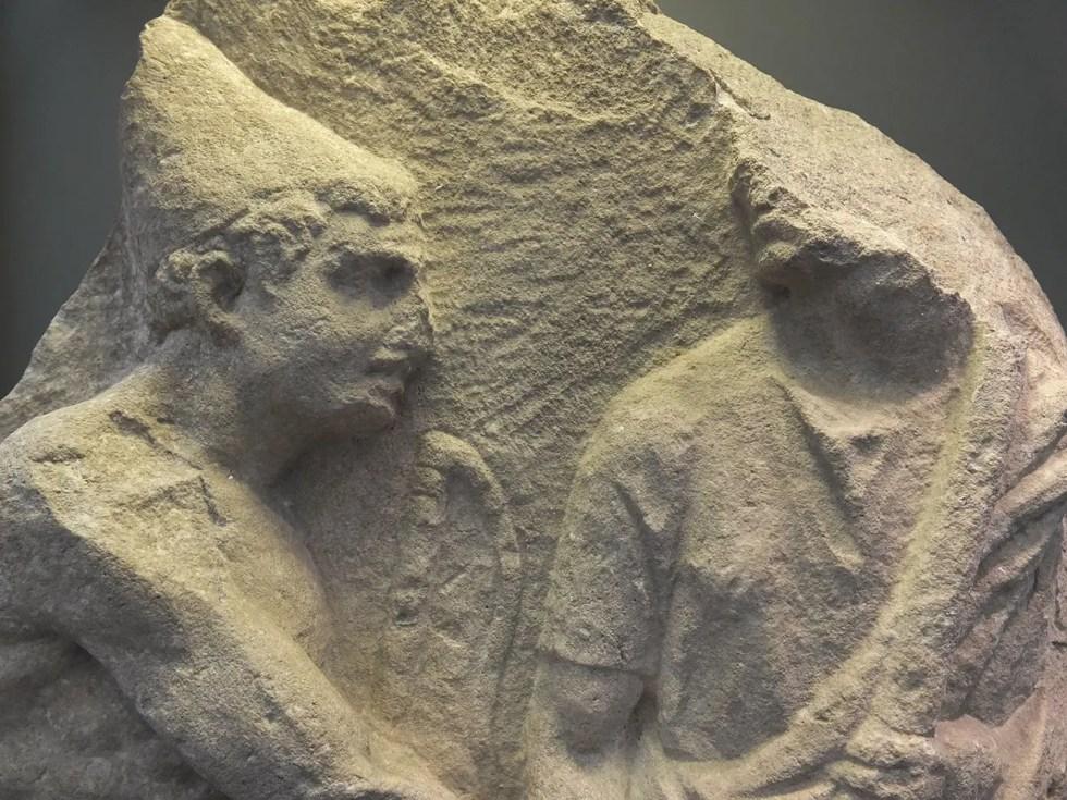 Relieve en mármol del siglo I a.C. donde podemos apreciar a un liberto utilizando un pileus como símbolo de su libertad.