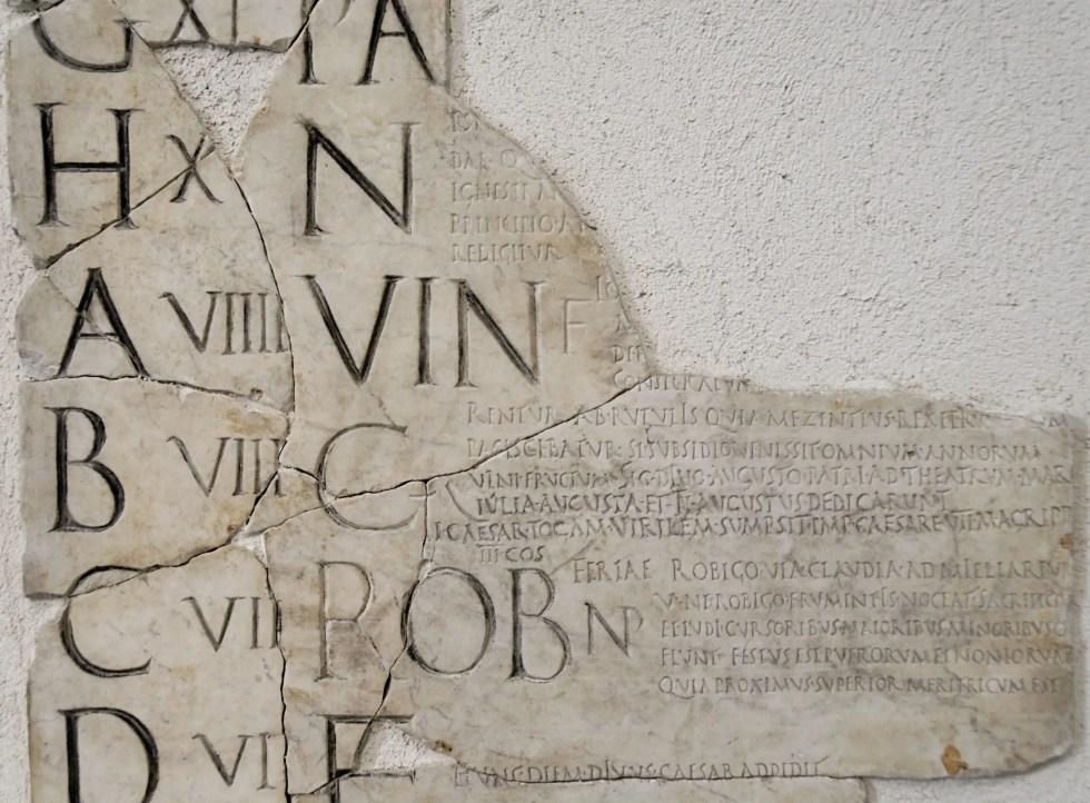 Fragmento del Fasti Praenestini detallando el mes de abril.