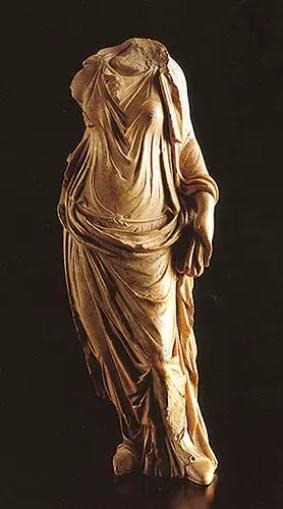 Estatua de una mujer vistiendo un chiton y por sobre este una palla.