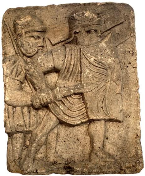 Relieve en una columna romana mostrando dos soldados.