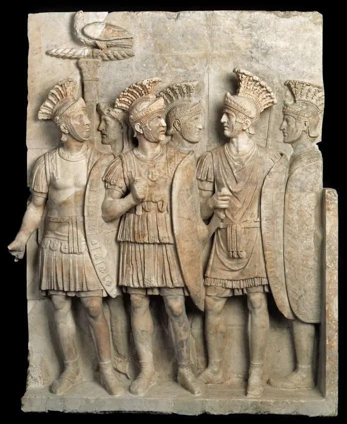 Relieve en mármol mostrando a un grupo de pretorianos con sus armaduras y escudos.