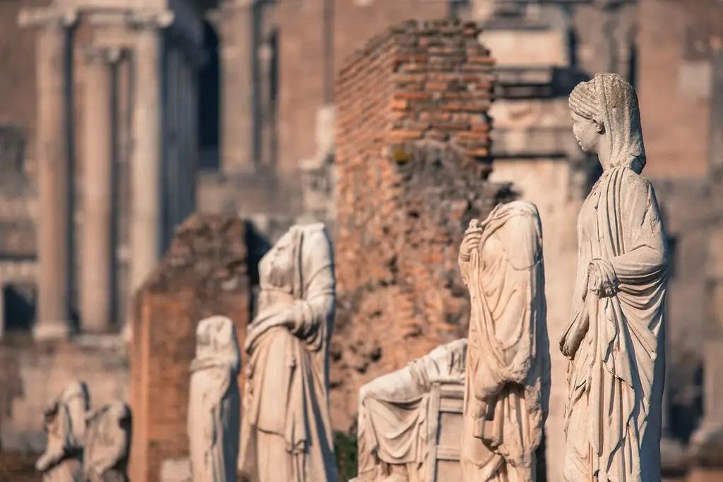 Fotografía de las estatuas de las vírgenes vestales.