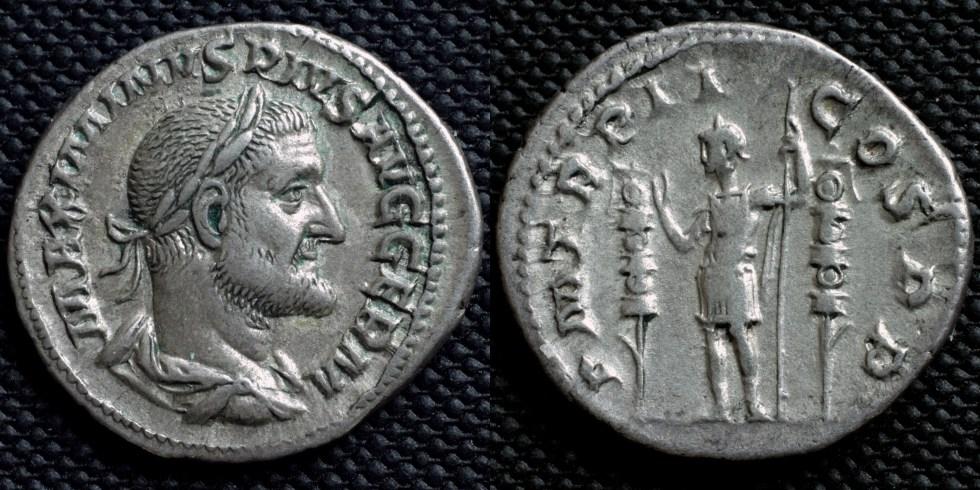 Fotografía de una moneda romana honrando a Máximo el Tracio.
