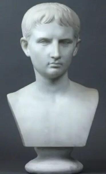 Busto italiano en mármol del siglo XIX representando a un joven Julio César.