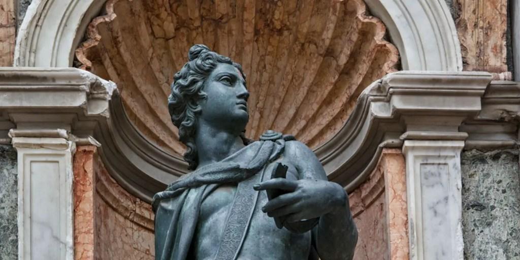 Fotografía de una estatua de Apolo.