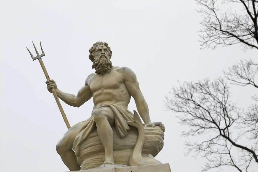 Fotografía de un monumento a Poseidó al aire libre.