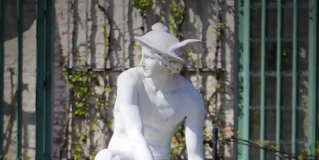 Detalle de una estatua de Hermes.