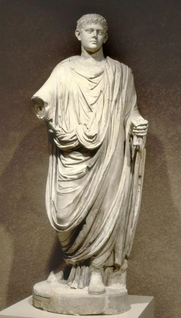 Estatua de un romano vistiendo la toga.