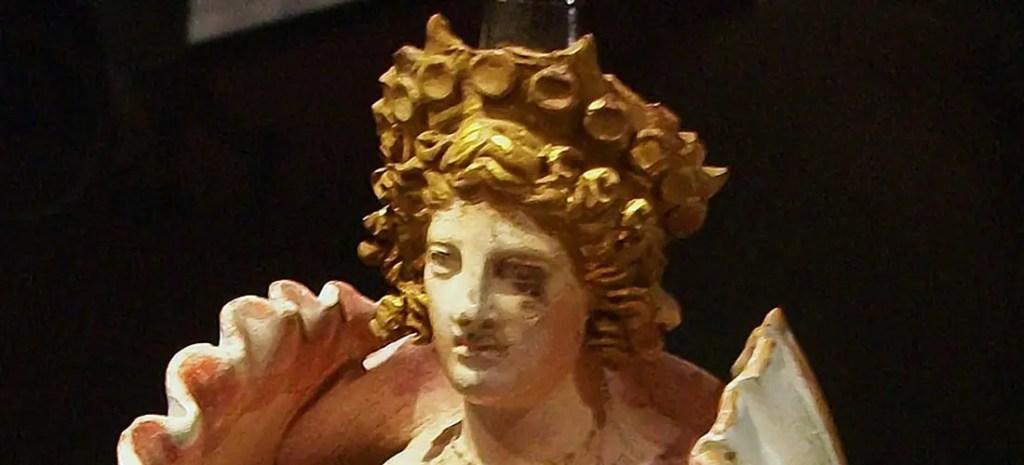 Adorno en cerámica del siglo IV AC con la forma de la diosa Afrodita emergiendo de una concha marina.