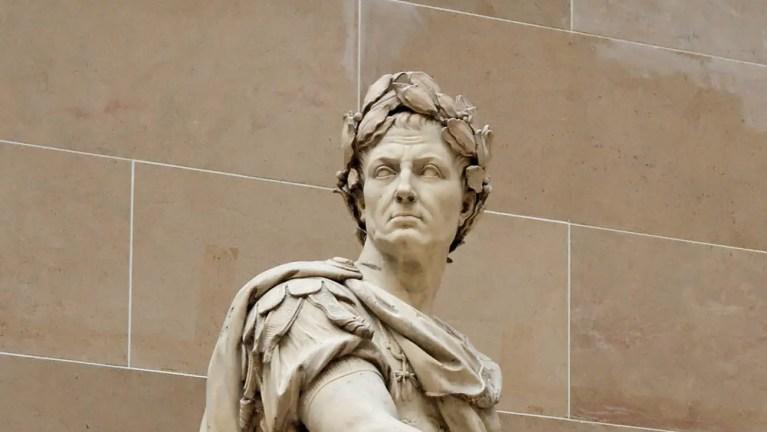 Detalle de una estatua de Julio César con una corona de laureles.