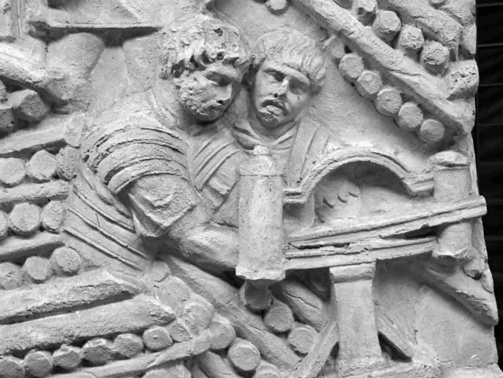 Dos legionarios artilleros comandando una balista esculpidos en la Columna de Trajano.