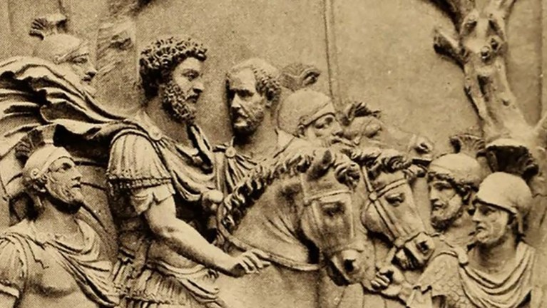 Relieve de Marco Aurelio escoltado por sus guardias.