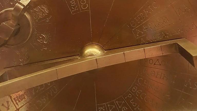 Detalle de un reloj solar grecorromano.