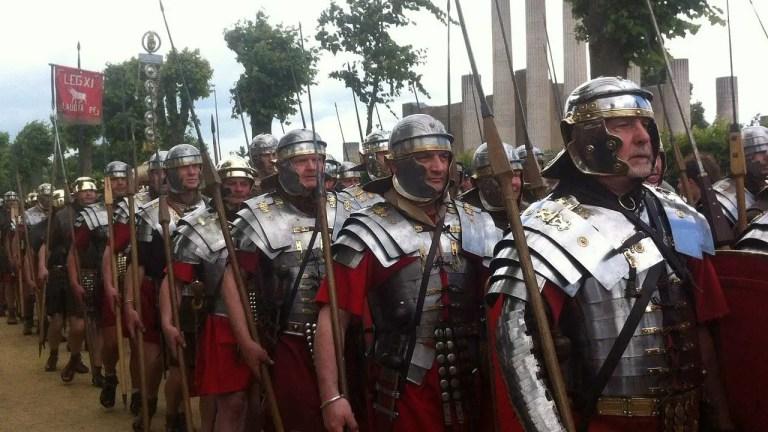 Recreadores históricos romanos marchando en formación.