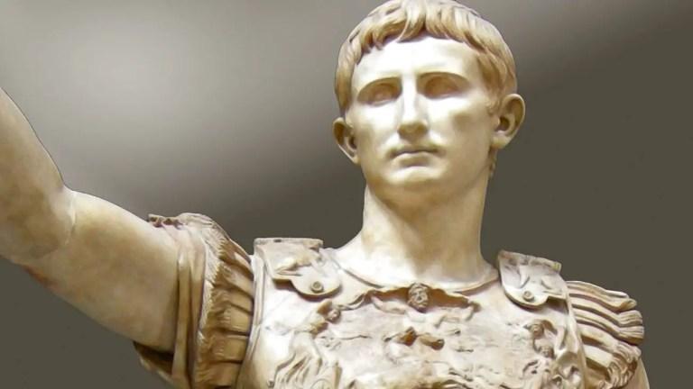Estatua de César Augusto, el primer emperador de Roma.
