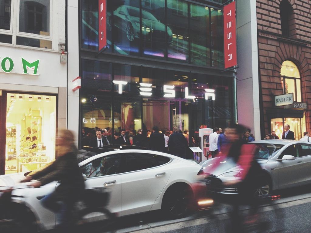 Hamburg wird elektrisiert - Tesla eröffnet Showroom