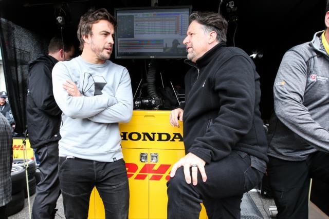 Alonso y Michael Andretti durante el warm up de la IndyCar en Alabama (FOTO: Joe Skibinski/INDYCAR)