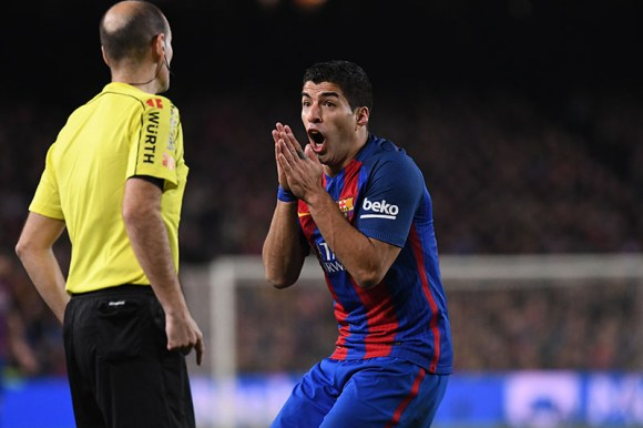Luis Suarez of FC Barcelona protest to the linesman during the Liga match between FC Barcelona and Real Madrid played at the Camp Nou, Barcelona, Spain on 03th December of 2016. Photo by Bagu Blanco.