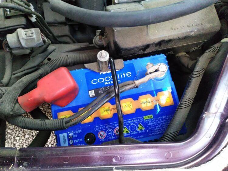 カーバッテリー交換作業工程 取り付け