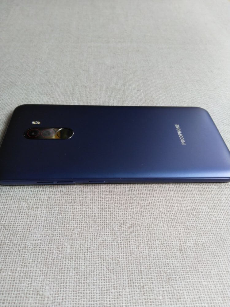 Xiaomi Pocophone F1 筐体デザイン(右側面)