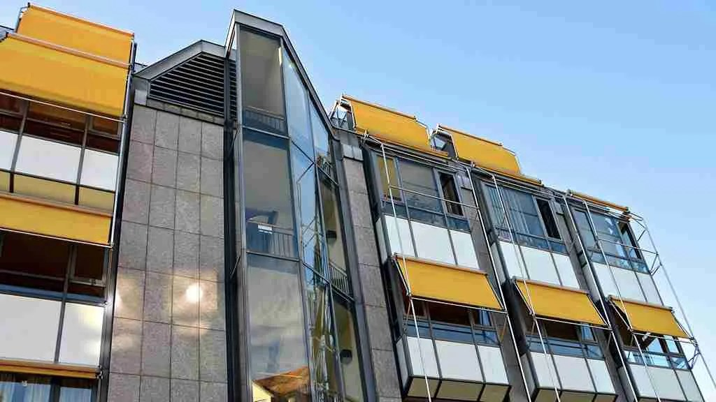 anticaduta per finestre e balconi - architettura con vetrate continue e tende