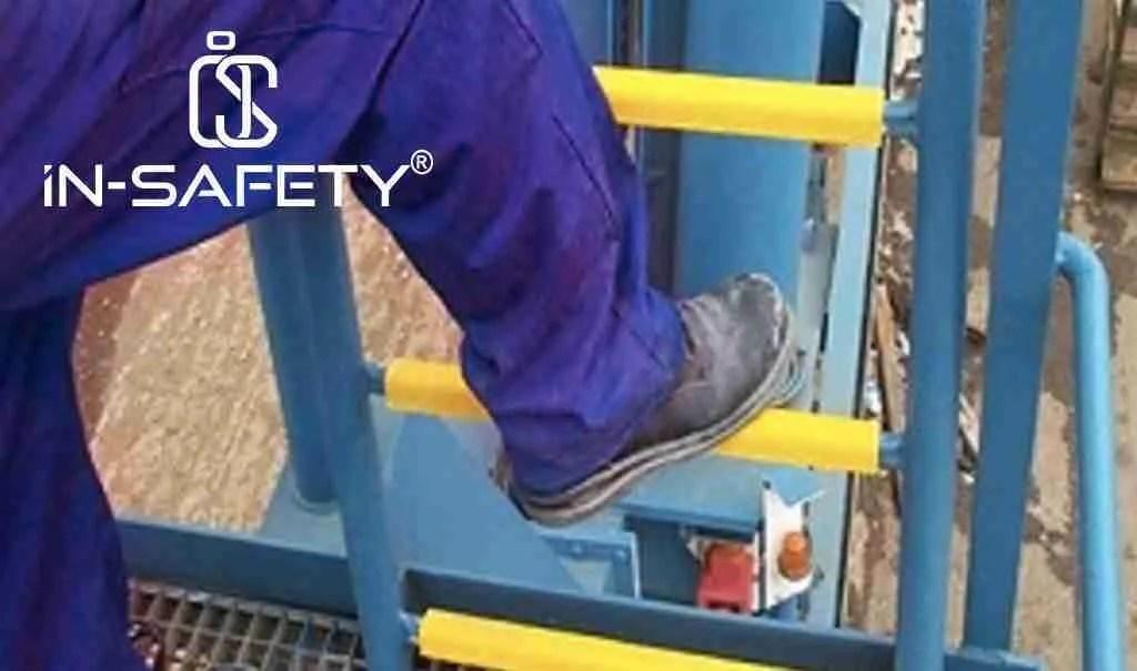 scala in ferro alla quale, durante una fermata impiantisono stati applicati appendici antiscivolo gialli sui pioli