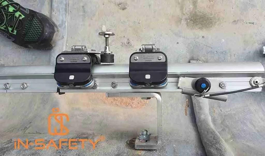 Doppio carrello per accesso in fune installato sulla rotaia FALLPROTEC Securail 2016