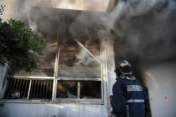 Περιστέρι: Υπό μερικό έλεγχο η φωτιά στην αποθήκη ηλεκτρικών ειδών (video)