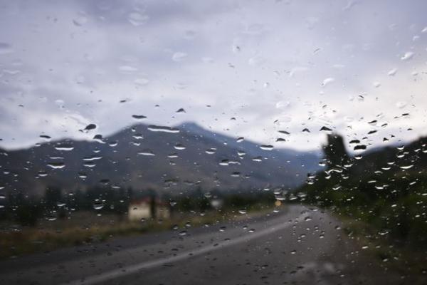 Άστατος θα είναι και σήμερα ο καιρός, με βροχές και καταιγίδες, που κατά τόπους θα είναι έντονες.  Σύμφωνα με το meteo.gr σήμερα, Παρασκευή βροχές και καταιγίδες αναμένονται αρχικά σε αρκετές περιοχές της ανατολικής και νότιας ηπειρωτικής χώρας, και κατά τόπους στην Κεντρική και Ανατολική Μακεδονία, στη Θράκη και στο Αιγαίο. Κατά τη διάρκεια της ημέρας και κυρίως από το απόγευμα τα φαινόμενα σταδιακά θα περιοριστούν στην Κρήτη. Βροχές ή καταιγίδες τοπικού χαρακτήρα δεν αποκλείεται να εκδηλωθούν τις απογευματινές ώρες στη Δυτική και Νότια Πελοπόννησο και εκ νέου στη Βόρεια Ελλάδα.  Δείτε επίσης: Σάλος στην Κύπρο με σοκαριστικά βίντεο από καψόνια σε φαντάρους Η θερμοκρασία θα κυμανθεί στη Βόρεια Ελλάδα από 8 έως 23 βαθμούς, στην Ήπειρο από 10 έως 26, στη Θεσσαλία από 10 έως 24 βαθμούς, στην υπόλοιπη Δυτική Ελλάδα και στη Νότια Πελοπόννησο από 15 έως 26, στα υπόλοιπα ανατολικά ηπειρωτικά από 12 έως 23 βαθμούς, στα νησιά του Ιονίου από 15 έως 26 και στα νησιά του Αιγαίου και στην Κρήτη από 15 έως 24 βαθμούς Κελσίου.  Οι άνεμοι στο Βόρειο Αιγαίο θα πνέουν βορειοανατολικοί με εντάσεις έως 6 και τοπικά 7 μποφόρ, αλλά μετά το μεσημέρι θα στραφούν σε δυτικούς και θα εξασθενήσουν σημαντικά. Στο υπόλοιπο Αιγαίο οι άνεμοι θα πνέουν από βόρειες διευθύνσεις με εντάσεις έως 7 και τοπικά 8 μποφόρ. Στο Ιόνιο οι άνεμοι αρχικά θα πνέουν από ανατολικές διευθύνσεις με εντάσεις έως 5 μποφόρ, αλλά τις μεσημεριανές ώρες θα στραφούν σε βορειοδυτικούς, ενισχυόμενοι στην Κέρκυρα στα 7 μποφόρ.  Στην Αττική αναμένονται νεφώσεις με τοπικές βροχές κυρίως στα βόρεια και ανατολικά του νομού όπου δεν αποκλείεται να εκδηλωθούν και μεμονωμένες καταιγίδες, αλλά το μεσημέρι τα φαινόμενα θα σταματήσουν. Οι άνεμοι θα πνέουν βόρειοι βορειοανατολικοί με εντάσεις 6 έως 7 μποφόρ και στην αρχή της ημέρας στα ανατολικά τοπικά 8 μποφόρ, ενώ μετά το μεσημέρι θα παρουσιάσουν εξασθένηση. Η θερμοκρασία θα κυμανθεί από 17 έως 23 βαθμούς.  Στη Θεσσαλονίκη αναμένονται νεφώσεις με πιθανότητα βροχών τις πρωινές ώρες. Οι 