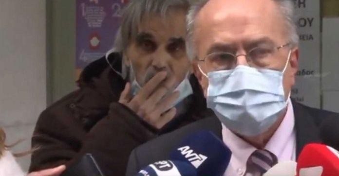 Θεσσαλονίκη : Μανιώδης καπνιστής φυσάει καπνό σε κλινικάρχη που έκανε δηλώσεις στις κάμερες