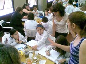 Estudiantes haciendo ciencia