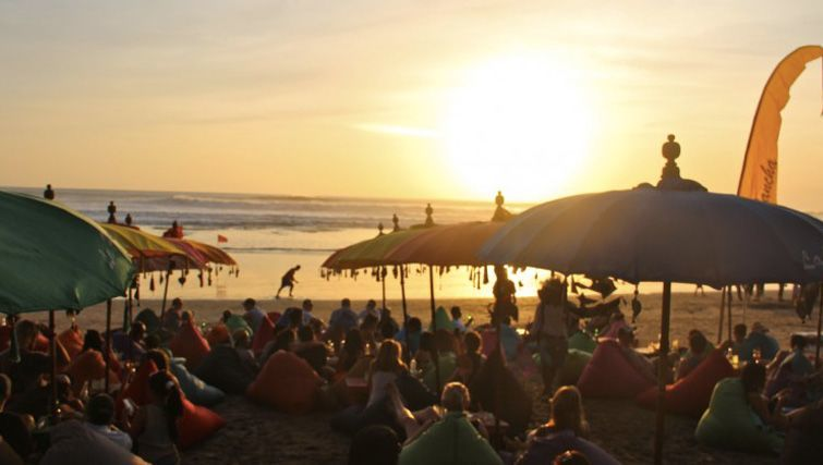 Funky crowd at la Plancha sunset, photo taken from baalivillas.com