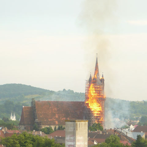 https://i1.wp.com/www.inbistrita.ro/images/istoric/incendiu_biserica2.jpg