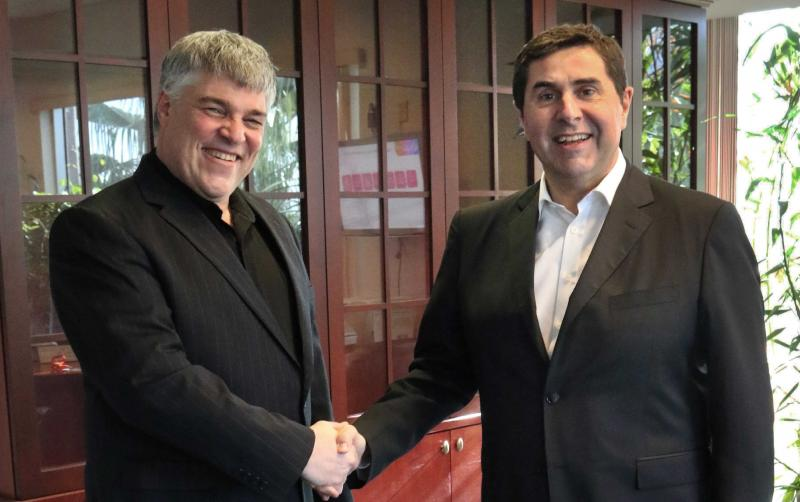 Uri Argov, founder and CEO of Tourico Holidays, shakes hands with Joan Vilà, CEO of Hotelbeds