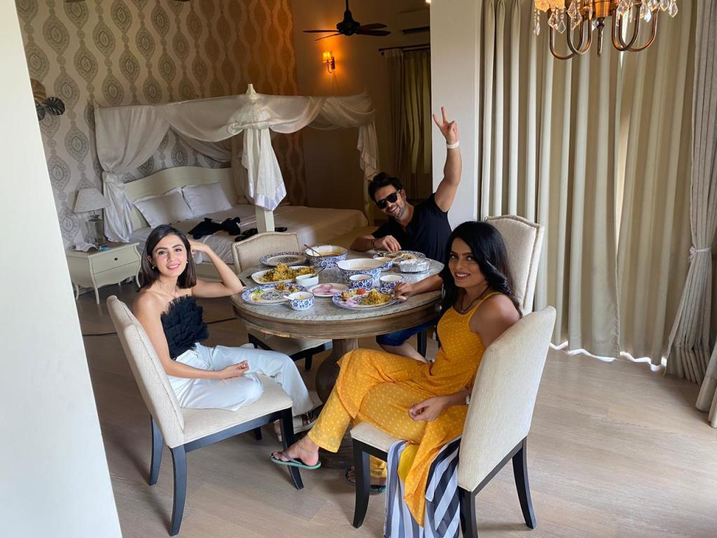 Did you know Ruhi, Swati and Sanjay are a close knit 'Team Villain' on the sets of Kundali Bhagya?