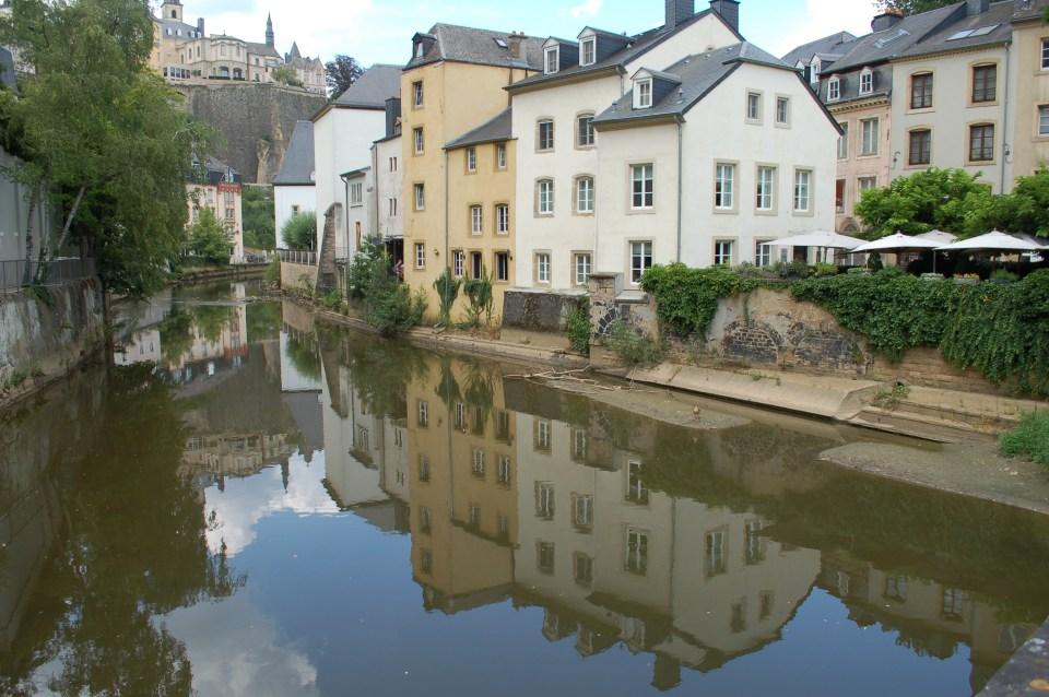 Huizen langs water in Luxemburg