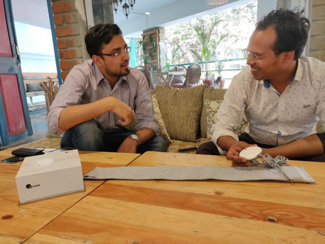 Mudit Dandwate and Gaurav Parchani discussing the device.