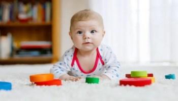 34-35-36. ayların en önemli özelliği çocuğunun artık okul öncesi döneme geçiyor olmasıdır. Çocuğunun tüm beceri alanlarında büyük gelişmeler vardır. Oyun her zamanki gibi en büyük önceliğidir. Bunun yanında müziğe, resme, harflere yönelmeye de başlayabilir. Çocuğunun bu aylarda motor, sosyal, bilişsel, dil ve öz bakım gelişimini takip etmek, 34-35-36 aylık bebek özelliklerini öğrenmek için okumaya devam edebilirsin!