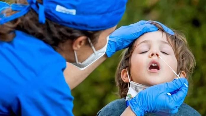 Çocuğunuz Covid mi, grip mi? Fark nasıl anlaşılır? Çocuğunuz öksürüyor, boğaz ağrısı olduğunu söylüyor ve ateşini ölçtüğünüzde sürekli yüksek çıkıyor… Bu durumda ilk aklınıza gelen Covid -19 enfeksiyonu olabilir. Ancak bu mevsimde grip ve diğer üst yolunum yolu enfeksiyonlarının da görüldüğünün unutulmaması gerekiyor. Özellikle okulların açılması ile birlikte çocuğunda hastalık belirtisi görülen her ailenin en önemli endişesi Covid oluyor. Peki bu iki hastalık birbirinden nasıl ayrılıyor, ayırıcı tanı için neler yapılması gerekiyor, PCR testinin bu konudaki önemi ve ailelerin Covid ile grip konusunda alması gereken önlemler neler? Uz. Dr. Serap Sapmaz, çocuklarda Covid-19 ve grip belirtileri hakkında bilgi verdi.