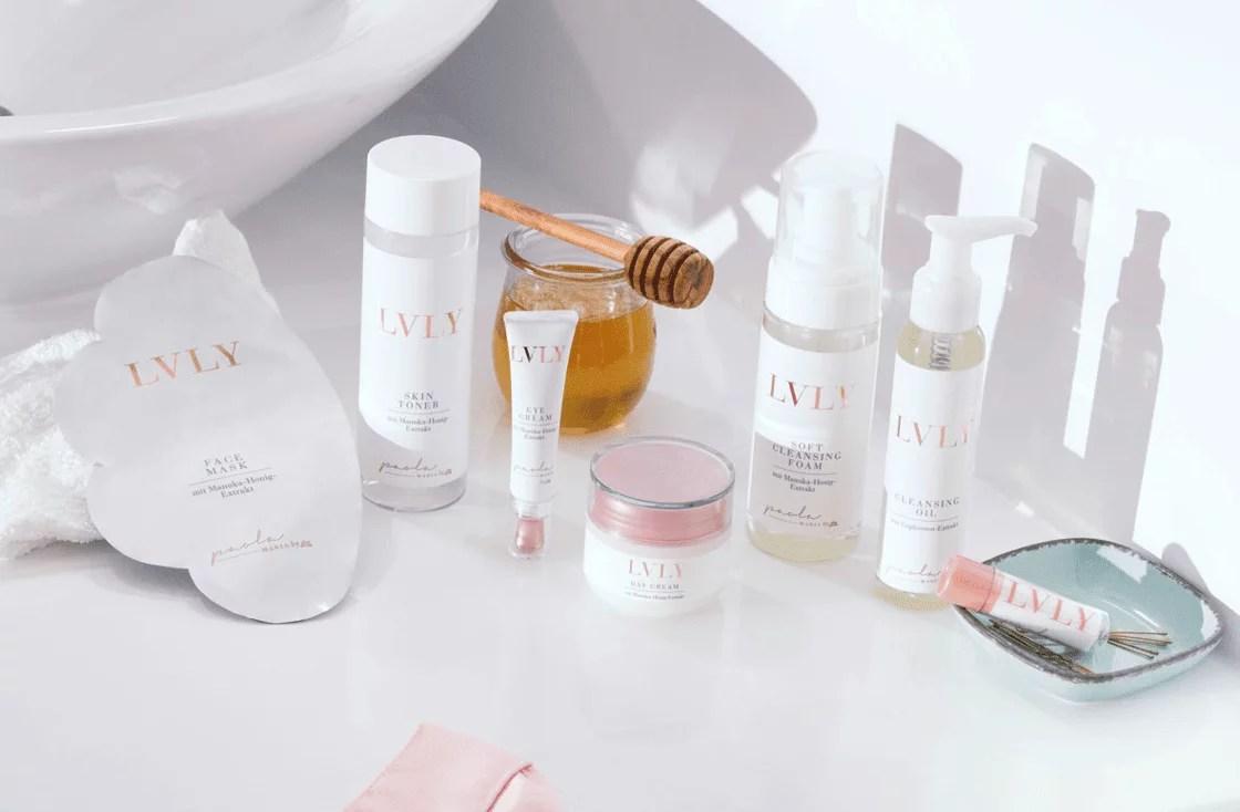 LVLY Hautpflege auf weißem Hintegrund im Badezimmer