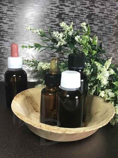 Bottigliette di oli essenziali per l'aromaterapia