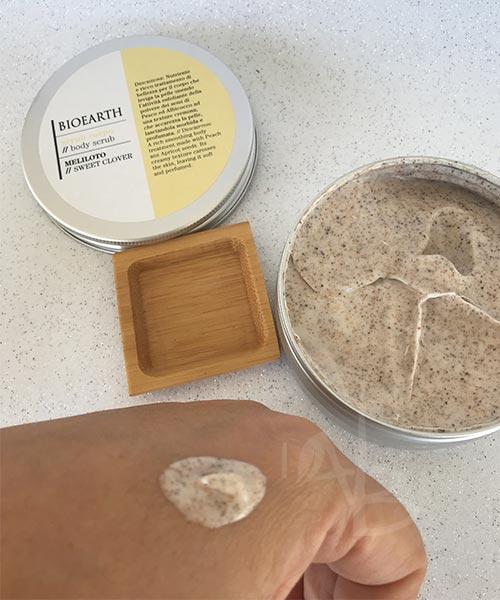 Texture dello scrub corpo al meliloto Bioearth