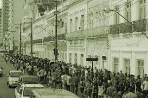 Fila quilométrica de pessoas na rua