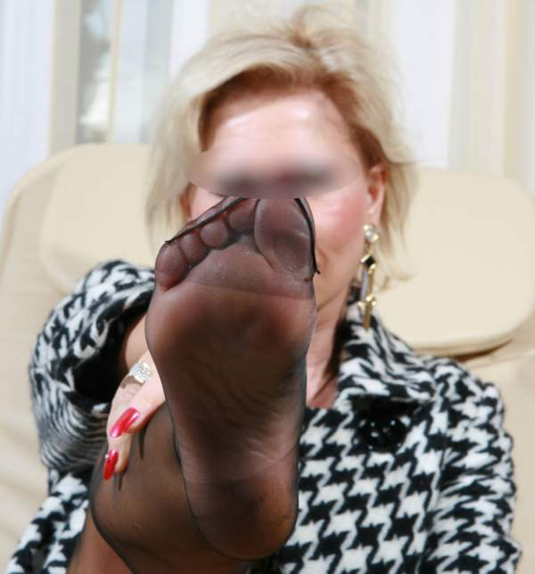 Donna cougar amante feticismo del piede incontra a Napoli foto tre